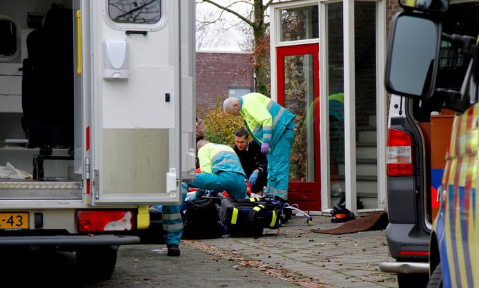 Hulpdiensten in Dordrecht ontfermen zich over een oudere mevrouw. Zulke acute noodsituaties moeten in de toekomst vaker worden voorkomen door inzet van een specialist ouderengeneeskunde