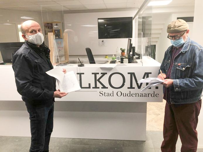 Steven Bettens en Koen Roman trokken met het bezwaarschrift en de petities naar de stad.