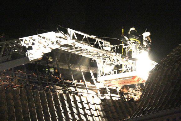 Door een vuurpijl vatte het dak van een woning in het Limburgse Kessenich (Kinrooi) op 1 januari 2014 vuur.
