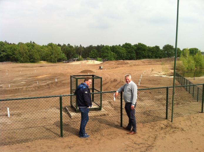 Jac Maas (links) en Peter van Hintum van de Samenwerkende Regionale Motorcross Verenigingen op het opgeknapte crossterrein.