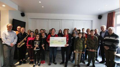 Crelan Merkem geeft 2.500 euro aan het jeugdmuziek