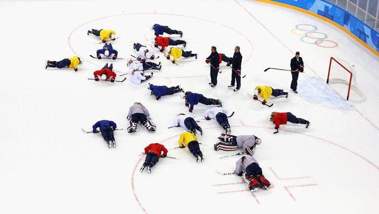 Het vrouwen-ijshockeyteam van de VS traint in Pyeongchang. 'Een iconische sport, met veel historie' Beeld Getty Images