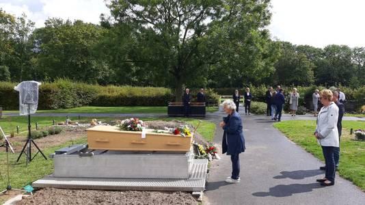 De onbekende vrouw is in augustus in Terneuzen begraven. De politie vraagt opnieuw aandacht voor de zaak, om haar identiteit te achterhalen.