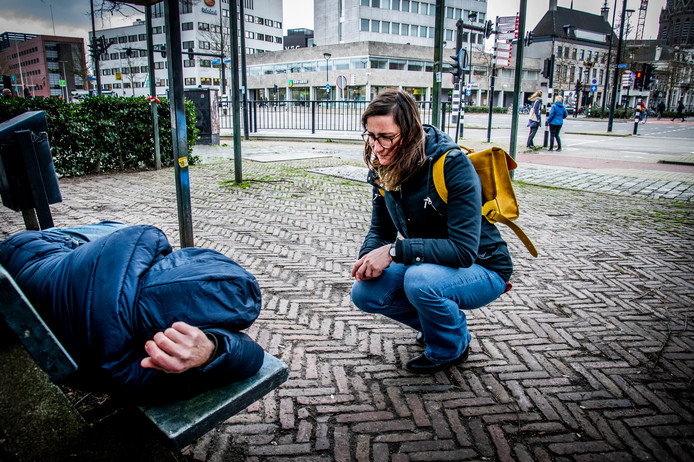 Anna Bartmann van de Poolse stichting Barka knoopt een gesprek aan met een dakloze op de hoek van de Spoorlaan en het NS-Plein.