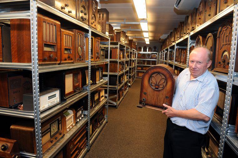 André Janssens in zijn radiomuseum.