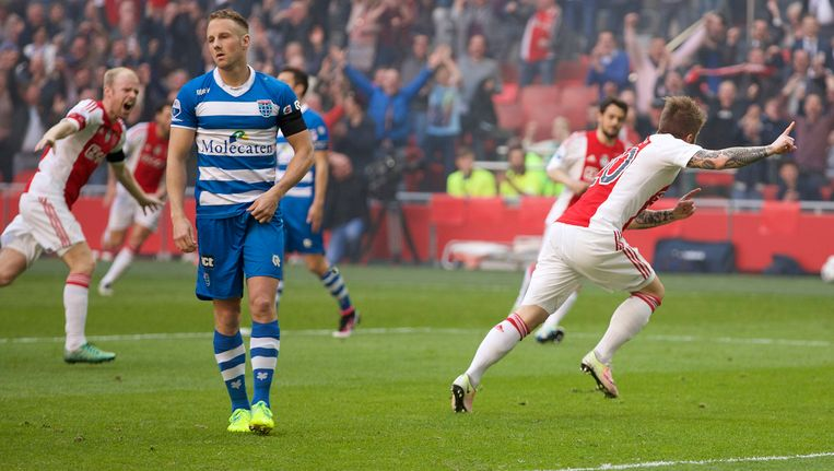 Lasse Schöne viert zijn doelpunt (1-0). Beeld photo_news