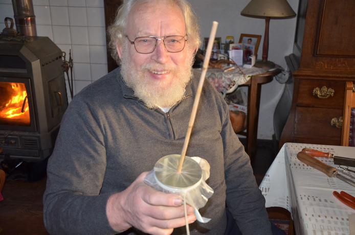 Sjaak van Herk tijdens de productie van een rommelpot-nieuwe stijl. Het volksinstrument isbijna klaar voor gebruik.