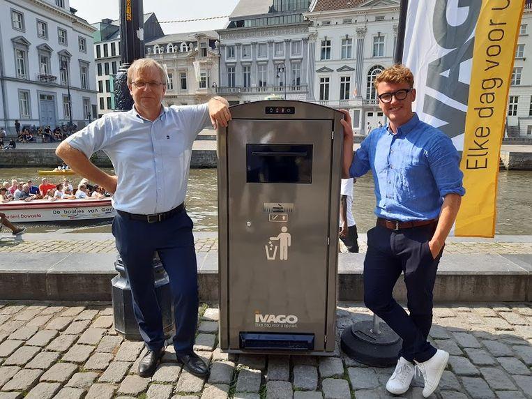 Didier Naessens van Ivago en schepen Bram Van Braeckevelt bij de slimme afvalkorf.