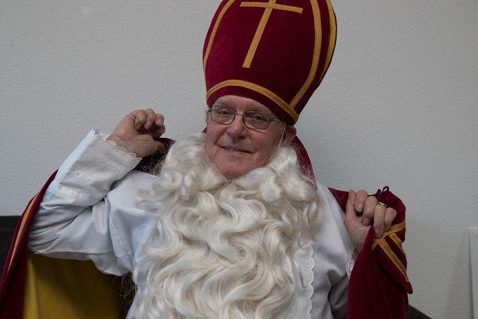 Derk Kruitbosch gaat met binnenpret zijn lijdensweg tegemoet als Sinterklaas achter het stuur van de buurtbus Wijhe-Raalte. ,,Die baard kriebelt verschrikkelijk. Daar moet ik doorheen.''