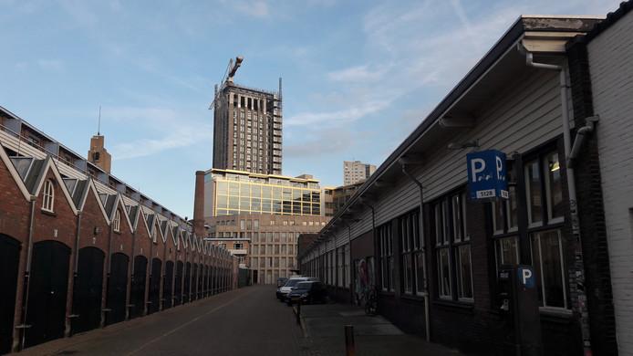 Het TAC-gebouw, de voormalige Philips personeelswinkel,  in Eindhoven. Links de garages achter de Ventoseflat aan de Mathildelaan. Het idee om deze straat te overkappen en op het TAC een opbouw voor woningen te bouwen, is van de baan.