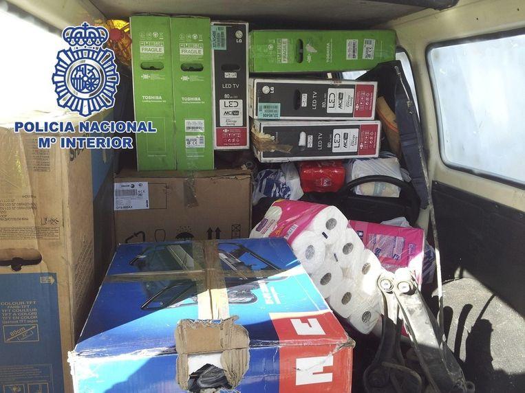 Een foto van de Spaanse politie met een busje vol luxegoederen zoals lcd-schermen die bij de actie zondag in beslag werden genomen. Beeld epa