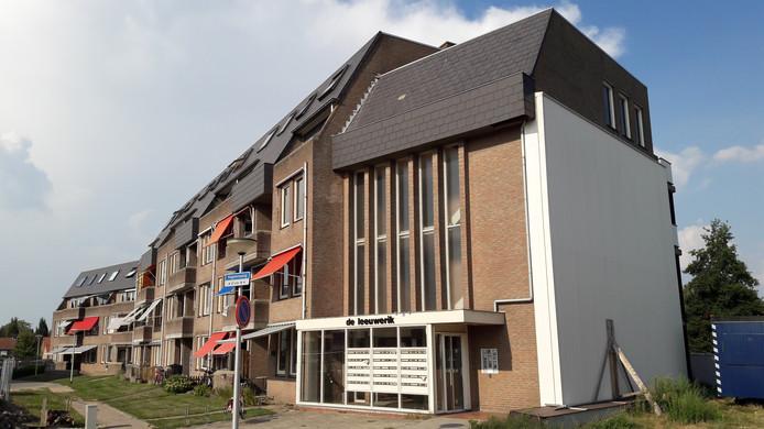 Bij appartementencomplex De Leeuwerik in Halsteren moet de drielaagse hoogbouw plat voor nieuwe woningen. De laagbouw wordt grondig gerenoveerd. De rechtervleugel van de Leeuwerik was al gesloopt voor de doorsteek naar de Steenbergseweg.