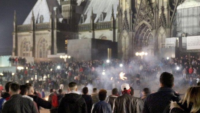 Mensen komen samen op nieuwjaarsnacht op het plein bij de beroemde Dom in Keulen