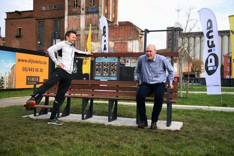 Sportchepen Erik Vanderheiden (r.) en mede-oprichter Miel Vanhaverbeke testen de beweegbank in het Sluispark uit.