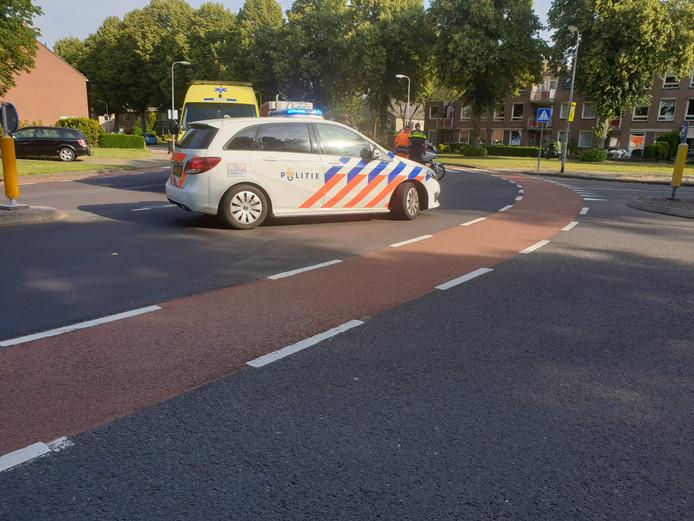 De auto en de motor raakten elkaar op een kruising.