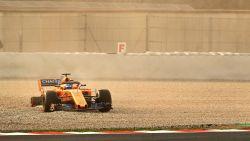 VIDEO: Alonso vliegt grindbak in op eerste testdag F1 nadat wiel losraakt van nieuwe McLaren