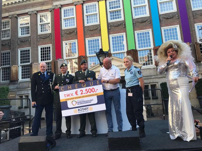 De Rotary Enschede Zuid overhandigd 2500 euro aan SHK, de stichting voor LHBT'ers bij Defensie.