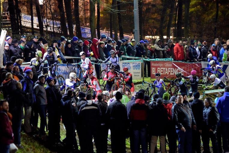 Het publiek geniet van de wedstrijd onder het Diegemse kunstlicht.