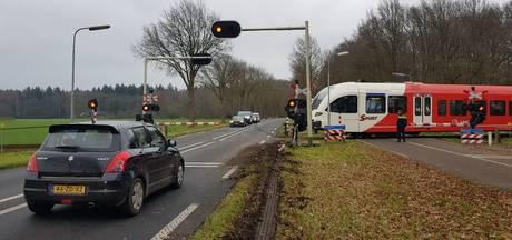 Vrachtwagen rijdt dwars door gesloten spoorboom bij Warnsveld
