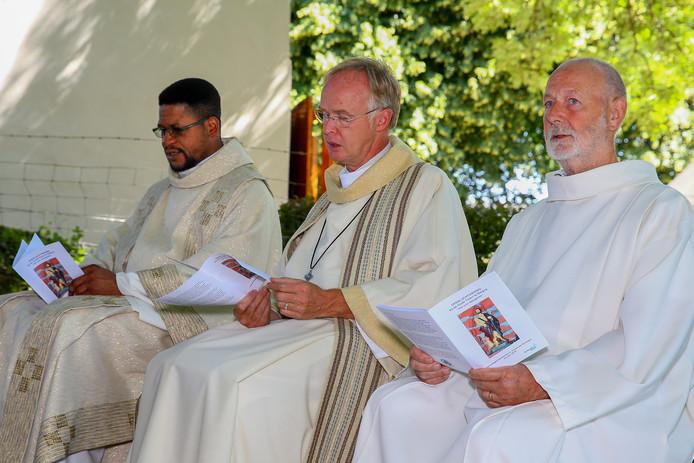 Aloys van Velthoven (midden) met zijn opvolger Mambueni Makiadi (links) tijdens de openluchtviering in Balgoij.
