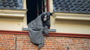 Scrooooooogggee! Scrooge! Waar ben je?, hangt de geest uit het raam.
