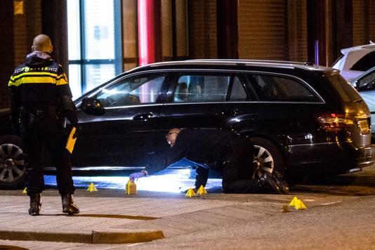 De politie speurt de omgeving af op zoek naar kogelhulzen.