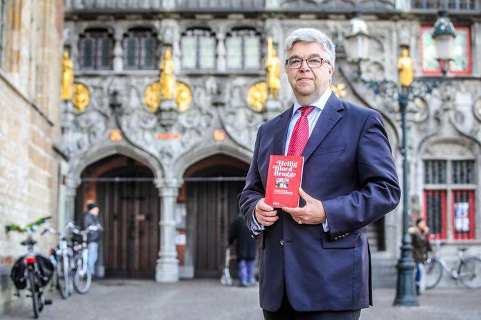 Benoit Kervyn de Volkaersbeke met zijn boek 'Het Heilig Bloed te Brugge'.