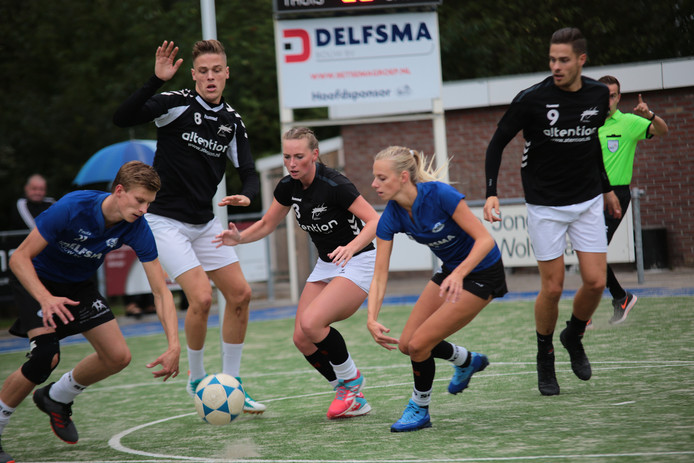 Emiel Broenink (8)voordat hij met een naar het zich laat aanzien zware knieblessure uitviel, rechts Thijs Broenink (9), voor nieuweling Noa Kapteyn