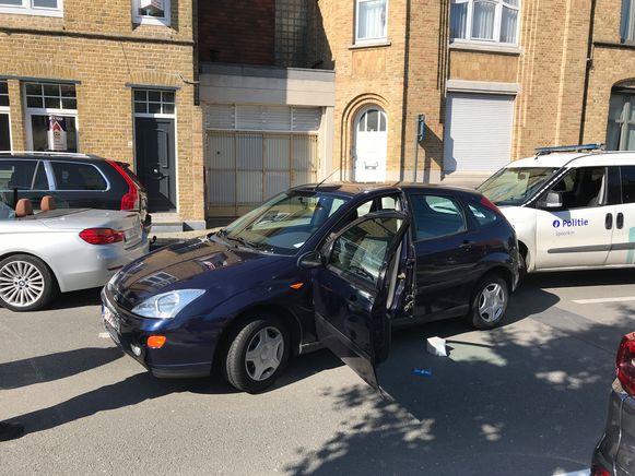 De wilde carjacking eindigde met een crash en schade aan 5 voertuigen, waaronder de politiewagen. De dader had er toen een wilde tocht op zitten met de gestolen Ford Focus.