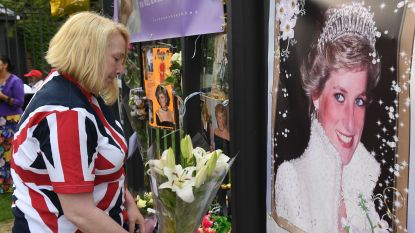 Foto's, bloemen en spandoeken: trouwe fans gedenken prinses Diana aan Kensington Palace