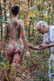 Kunstenaar verandert lichaam van naaktmodel Sarah in bodypaintkunst