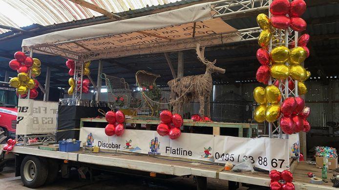 De carnavalswagen wordt omgebouwd tot winterkar.