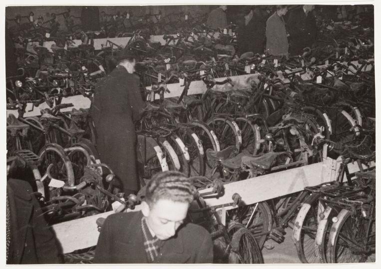 Gestolen rijwielen door de politie tentoongesteld 1941. Beeld Stadsarchief Amsterdam
