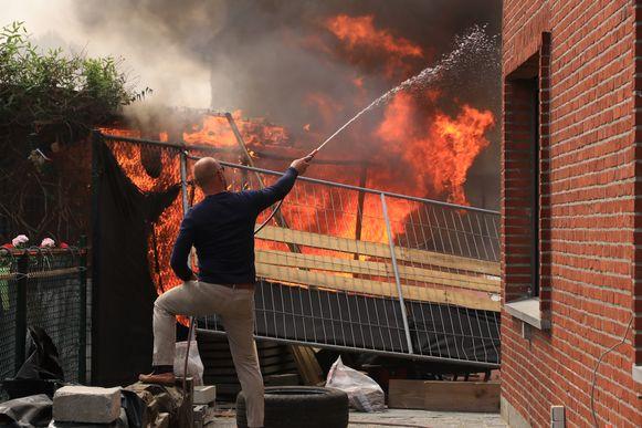 Nog voor de komst van de brandweer was het al een uitslaande brand. Een vrijwillig brandweerman en een buurtbewoner probeerden intussen met een tuinslang te voorkomen dat het vuur oversloeg naar de aanpalende woningen.