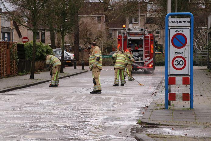Brandweerlieden hebben lol tijdens het weghalen van de olie.