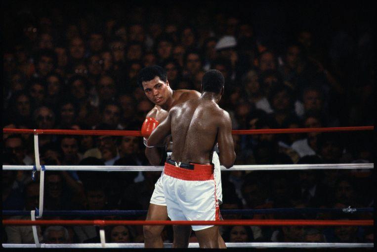 Muhammad Ali kijkt angstig naar Larry Holmes in de negende ronde. Het gevecht zou een ronde later gestopt worden, Ali kreeg een pak slaag van zijn voormalige sparringpartner. Beeld null