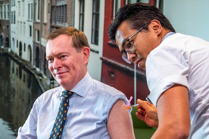 Minister van Medische Zorg Bruno Bruins krijgt de eerste griepprik van dit jaar in het UMC.
