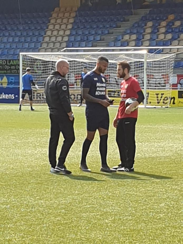 Overleg tussen trainer Fred Grim, Mario Bilate en fysiotherapeut Rob Westelaken bij de vrijdagtraining.