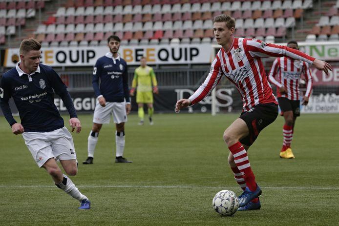 Darwin Heuvelman met de bal aan de voet.
