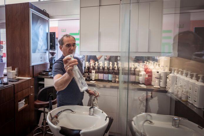 Peter Lindt, eigenaar van kapsalon InToHair in Zwolle, hoopt niet dat hij binnenkort een mondkapje moet dragen (mei 2020).