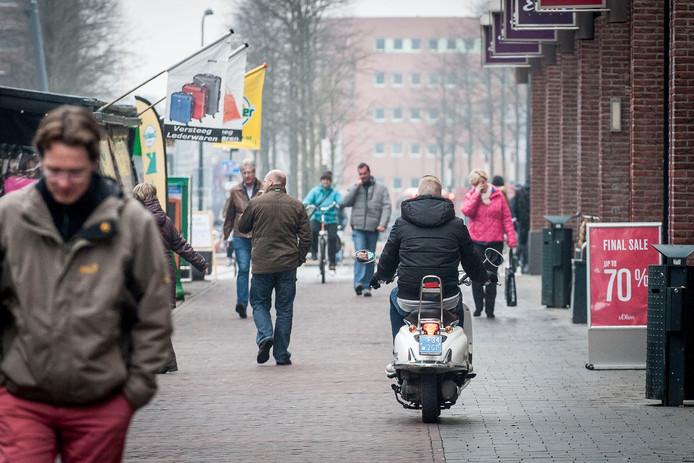 Her en der in de binnenstad rijden scooters.