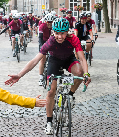 Jubileumtocht vrouwenwielrennen.nl eindigt onder de Dom