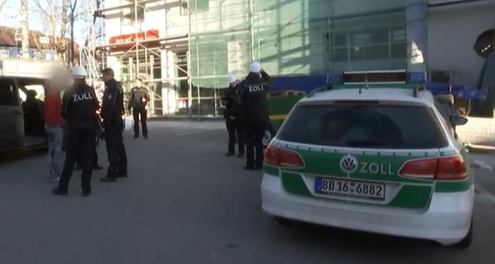 Duitse douanebeambten tijdens het controleren van een bouwplaats.