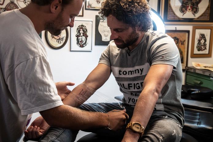 Het staat erop. De tatoeage is het logo van zijn Spotify-playlist Monthly Hits. De M van Monthly, de H van Hits en een knipoog naar de J (van Jesper).