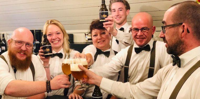 Vincent en zijn collega's klinken met het bier 'Albert' in het Rhodesgoed.