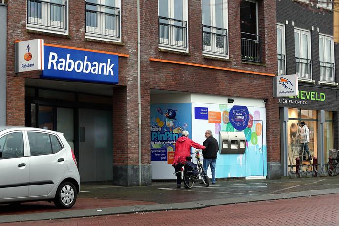 De Rabobank in Oudenbosch. De politie hield eerder twee mannen aan voor de geruchtmakende roof uit de kluisjeskelder van de bank.