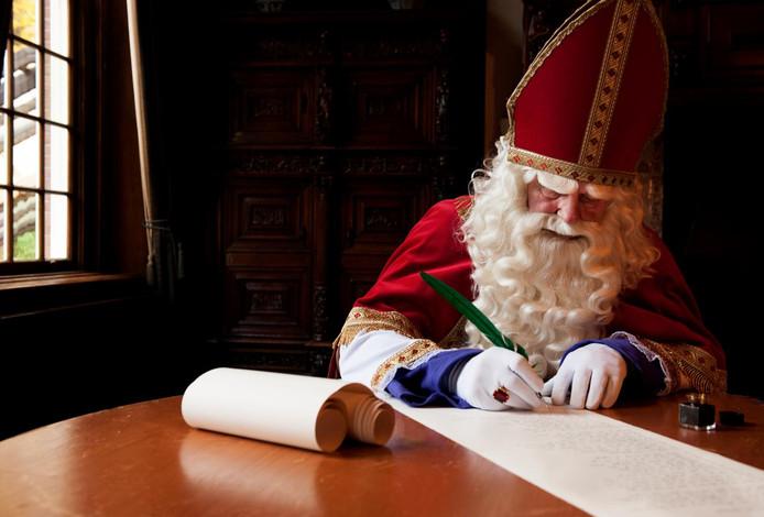Sinterklaas schrijft een gedicht.