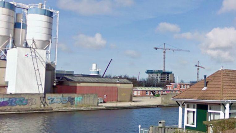 Het water naast het terrein waar de bom werd gevonden. Beeld Street View