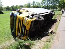 Vrachtwagen omgevallen in Saasveld