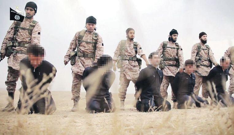 Islamitische Staat brengt op 16 november met trots zijn interpretatie van de islamitische wet in beeld. Eén doel dat IS beoogt met de serie-onthoofding door de duidelijk herkenbare koppensnellers, is om de beulen terugkeer naar het Westen onmogelijk te maken. De zorgvuldig voorbereide doodschoreografie is daarnaast bedoeld om jonge moslims over de hele wereld te enthousiasmeren voor deelname aan de heilige strijd. Beeld afp